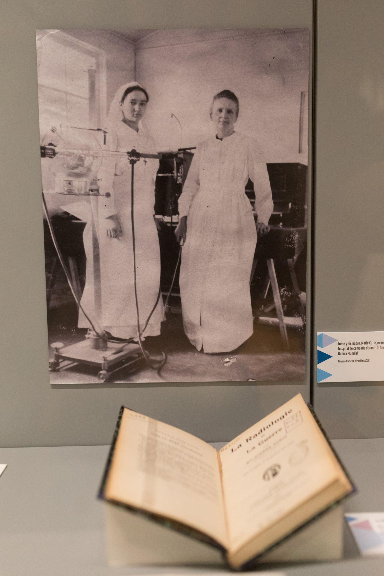 Marie Curie con su hija Irene, ambas Premios Nobel de Química.