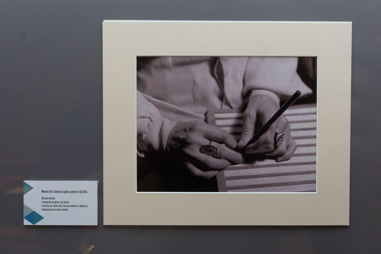 Fotografía de las manos de Concha Espina escribiendo.
