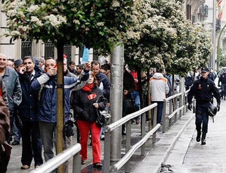 Los sindicatos de la Empresa Municipal de Transportes (EMT) de Madrid realizaron este viernes una marcha desde Gran Vía hasta la sede de Pacífico en la calle de Cerro de la Plata donde acordaron reunirse la próxima semana con la empresa.