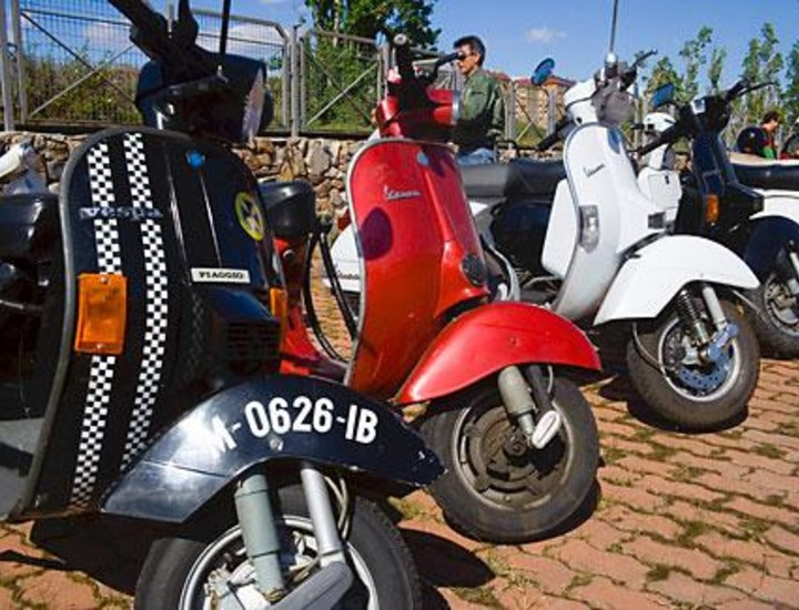 """La concentración Retrovespa '08 ha reunido este sábado en Madrid a más de 200 """"vesperos"""" o propietarios de motos de este mítico modelo, que llevarán a cabo pruebas de habilidad y una carrera de lentos en el centro comercial La Vaguada. Vea las imágenes."""