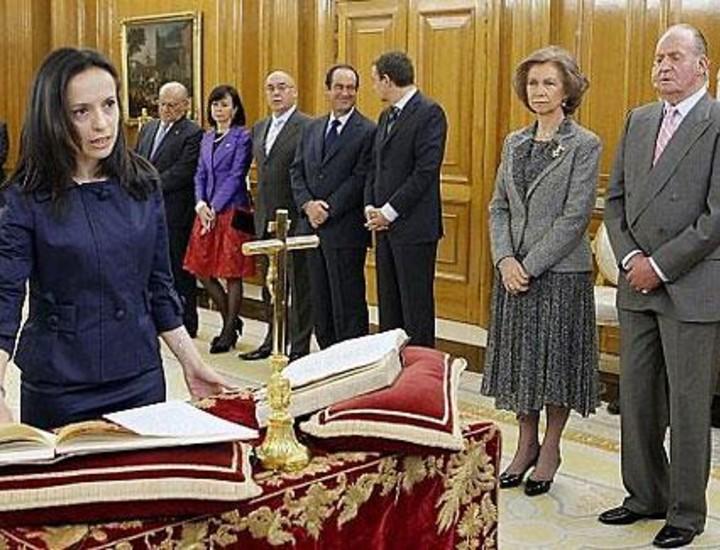 Los ministros del nuevo Gobierno, presidido por José Luis Rodriguez Zapatero, tomaron este lunes posesión de sus cargos en presencia del Rey en el Palacio de la Zarzuela. Las nueve mujeres y ocho hombres que lo componen han optando por la fórmula de la promesa en lugar del juramento. Vea más imágenes.