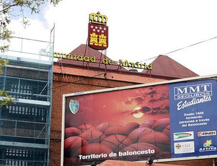 El consejero de Deportes, Alberto López Viejo, presentó este viernes la reforma del histórico pabellón deportivo Antonio Magariños, en el que entrenan y juegan todas las categorías inferiores del Club de baloncesto Estudiantes y realizan sus prácticas de gimnasia los alumnos del Instituto Ramiro de Maeztu.