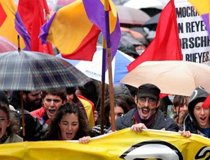 Cientos de manifestantes han recorrido este sábado por la tarde el trayecto entre la Plaza de Cibeles y la Puerta del Sol para reclamar que la República vuelva a nuestro país. Vea las imágenes.