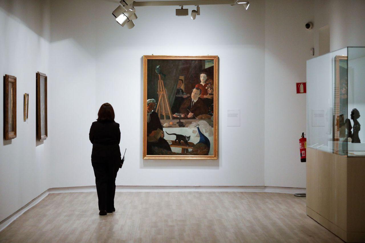 La exposición está organizada en seis secciones e incluye una selección excepcional de más de 200 obras (pinturas, esculturas, obras sobre papel y fotografías), centradas sobre todo en el periodo comprendido entre los años treinta y los sesenta.