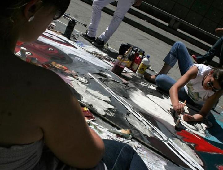 Más de 250 estudiantes de primero de Arquitectura han pintado este sábado un inmenso mural frente a la puerta del Museo Nacional Centro de Arte Reina Sofía para homenajear al pintor Pablo Picasso. Vea más imágenes.