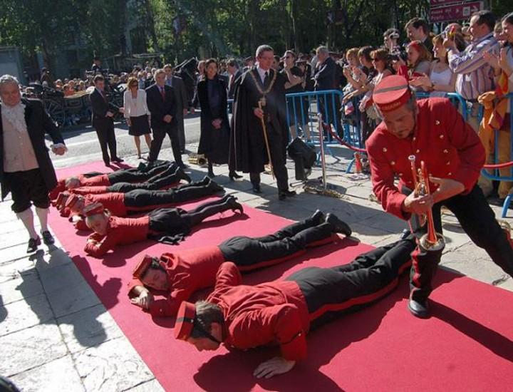 """Madrid celebró este jueves el Bicentenario del 2 de mayo con el espectáculo de calle '6 Goyas 6' a la puerta de Velázquez del Museo del Prado, las plaza del 2 de mayo, de la Villa, de Oriente, Mayor y Cibeles, con el fin de """"desarrollar seis acciones que, en clave escénica, a través de música, danza y teatro, relatarán los hechos más destacados sucedidos en la Ciudad de Madrid entre el 2 y el 3 de mayo""""."""