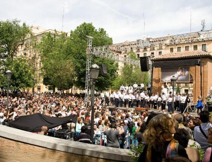 El Ayuntamiento de Madrid ha preparado una completa agenda de actos culturales para celebrar el Bicentenario del 2 de Mayo de 1808. Un puzzle gigante, representaciones teatrales y conciertos han llevado a las calles de la capital los hechos históricos que dieron comienzo a la Guerra de la Independencia.