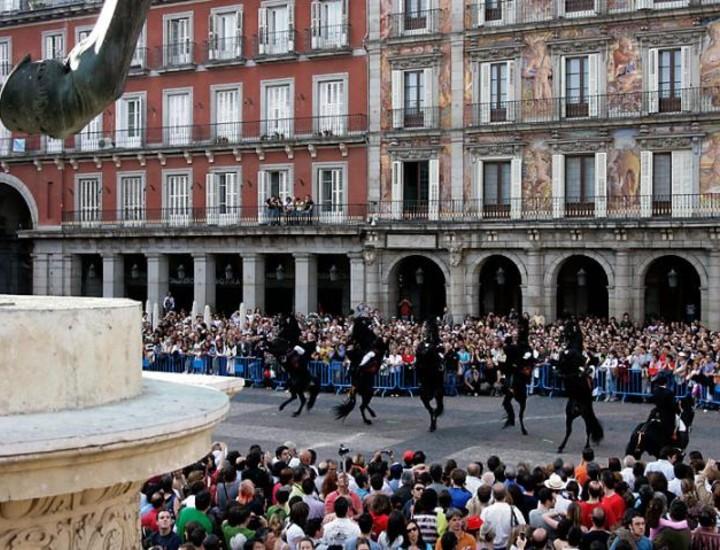 Los mamelucos modernos, convertidos en representación artística, cargaron en la Plaza Mayor de Madrid, dentro de los espectáculos '6 goyas 6' que conmemoraron el Levantamiento del 2 de Mayo.