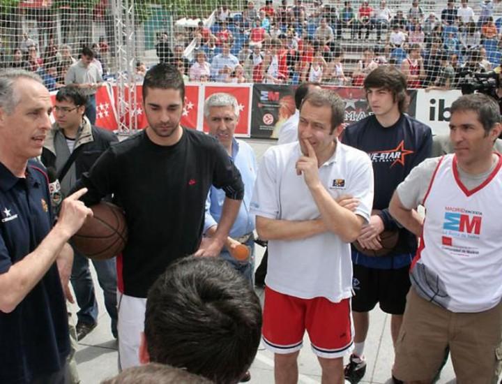 El jugador de baloncesto de los Memphis Grizzlies, Juan Carlos Navarro, apadrinó este sábado el torneo 'Madrid Encesta'.