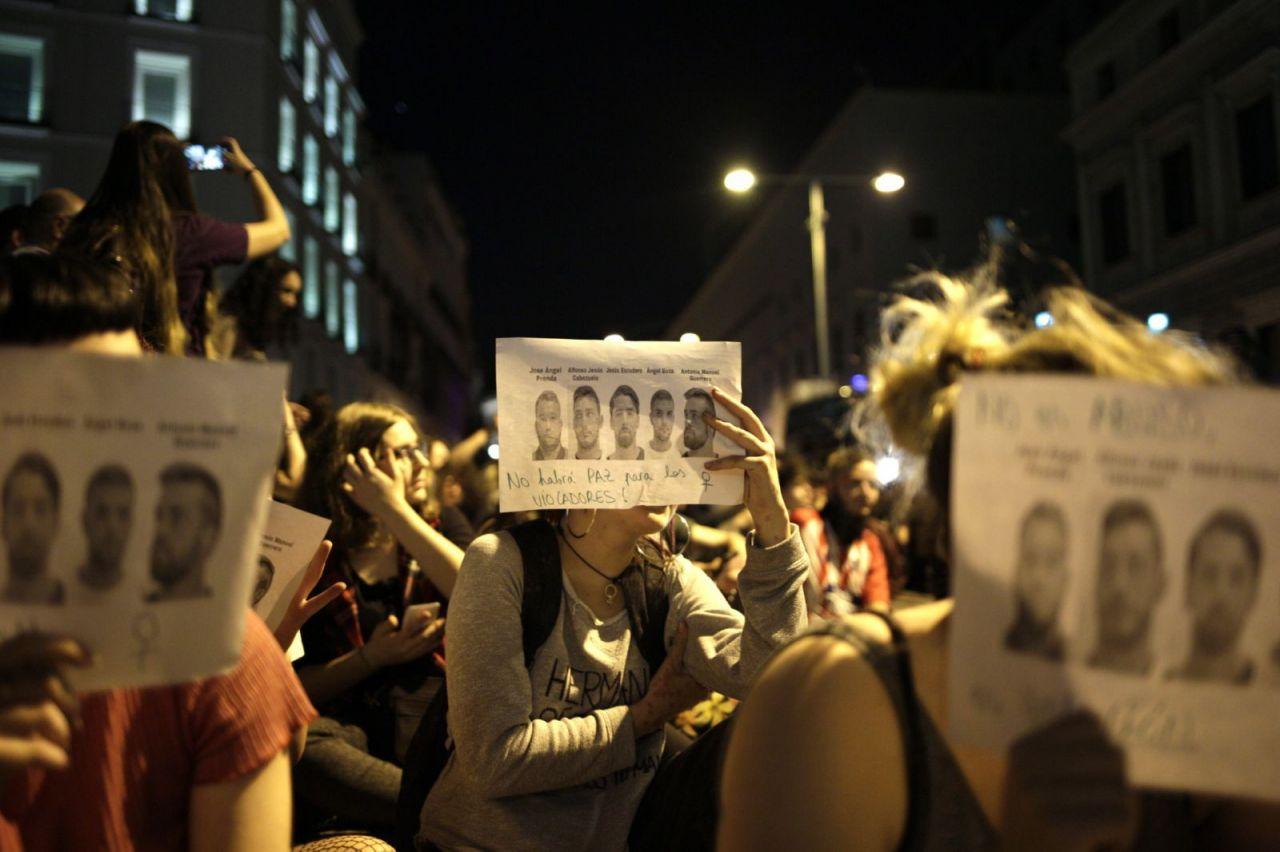 En la manifestación se han visto muchas fotos de los miembros de La Manada, condenados a 9 años de prisión por abuso sexual pero no por violación.