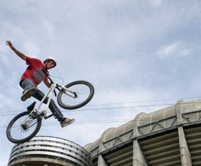 La empresa Nissan presentó en Madrid el programa deportivo ¡Atrévete a jugar con la ciudad! en la que trajo el arte y el deporte urbano a la Villa en el marco del Bicentenario del Dos de Mayo.