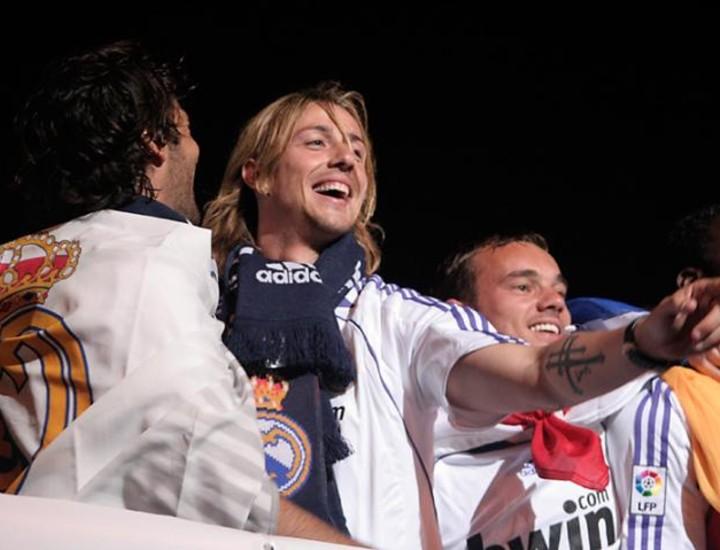 Con sangre (la de Heinze); lágrimas (las de Sneijder en el banquillo cuando el partido estaba casi perdido); y mucho sudor (el del 7, el del sempiterno Raúl). Con estos ingredientes ha conquistado el Real Madrid la trigésimo primera Liga de su historia.