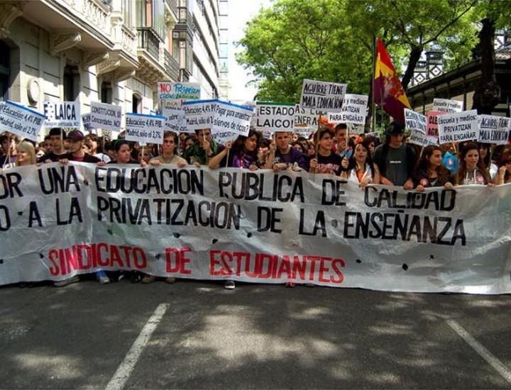 Cerca de 600.000 alumnos se verán afectados este miércoles por la huelga de 24 horas a la que están llamados más de 50.000 profesores de la Enseñanza pública madrileña, según informaron este martes los sindicatos convocantes CC.OO., UGT y CSIT-UP.