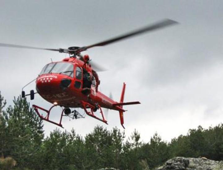 El consejero de Presidencia e Interior, Francisco Granados, asistió este martes a un ejercicio de rescate con helicóptero realizado por el Grupo Especial de Rescate en Altura (GERA) de los Bomberos de Madrid en el Puerto de la Morcuera.