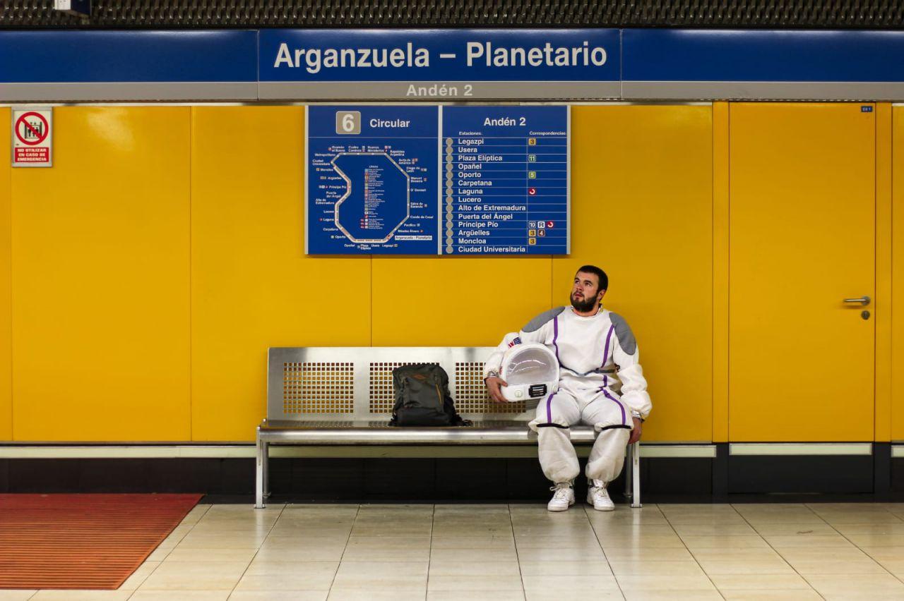 Sergio, vestido de astronauta en la estación de Planetario del Metro de Madrid.