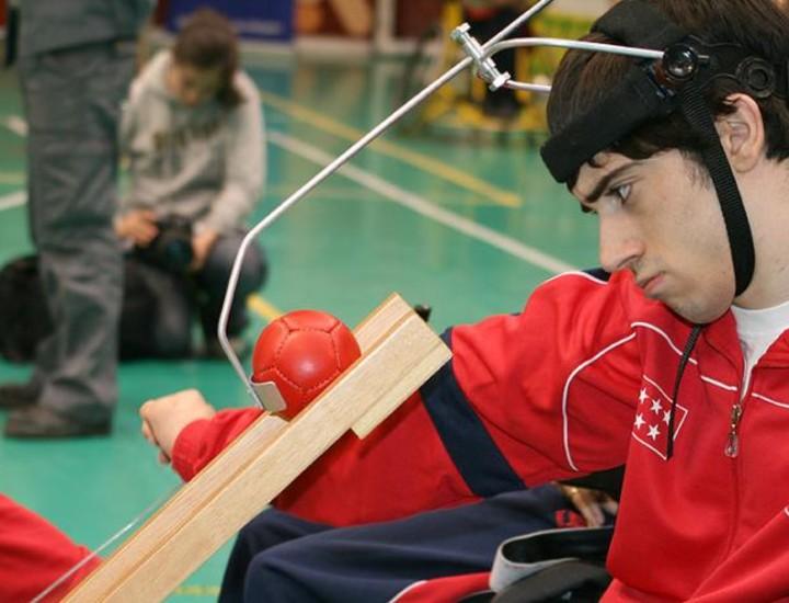 El periodista deportivo Salvador Martín Mateo condujo la exhibición paralímpica, que incluyó una muestra de boccia por parte de los deportistas con parálisis cerebral María Ángeles Jaén y Javier Martínez, medalla de plata en el último Campeonato Nacional de la Selección Autonómica.