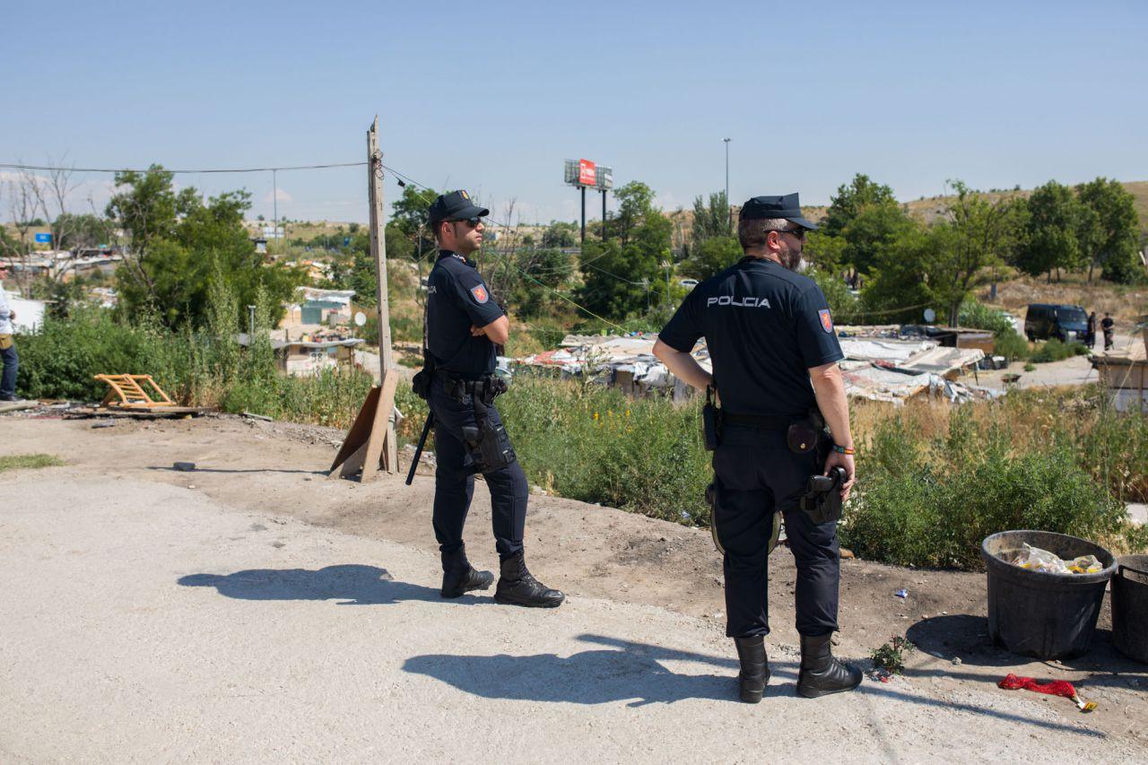 Agentes de la UIP de la Policía Nacional en el poblado de El Gallinero.