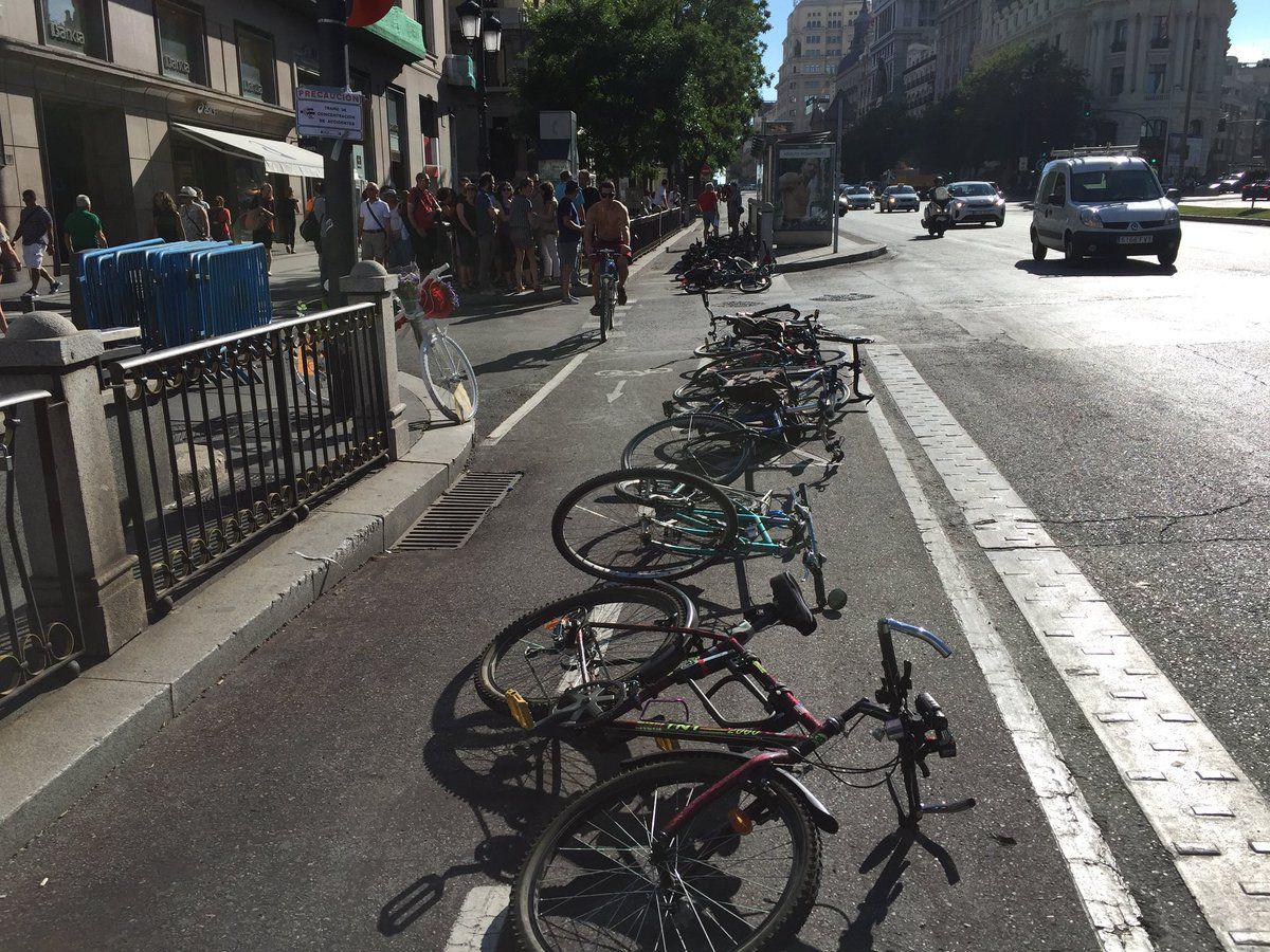 Homenaje al ciclista Juanjo Cristóbal en la calle Alcalá.
