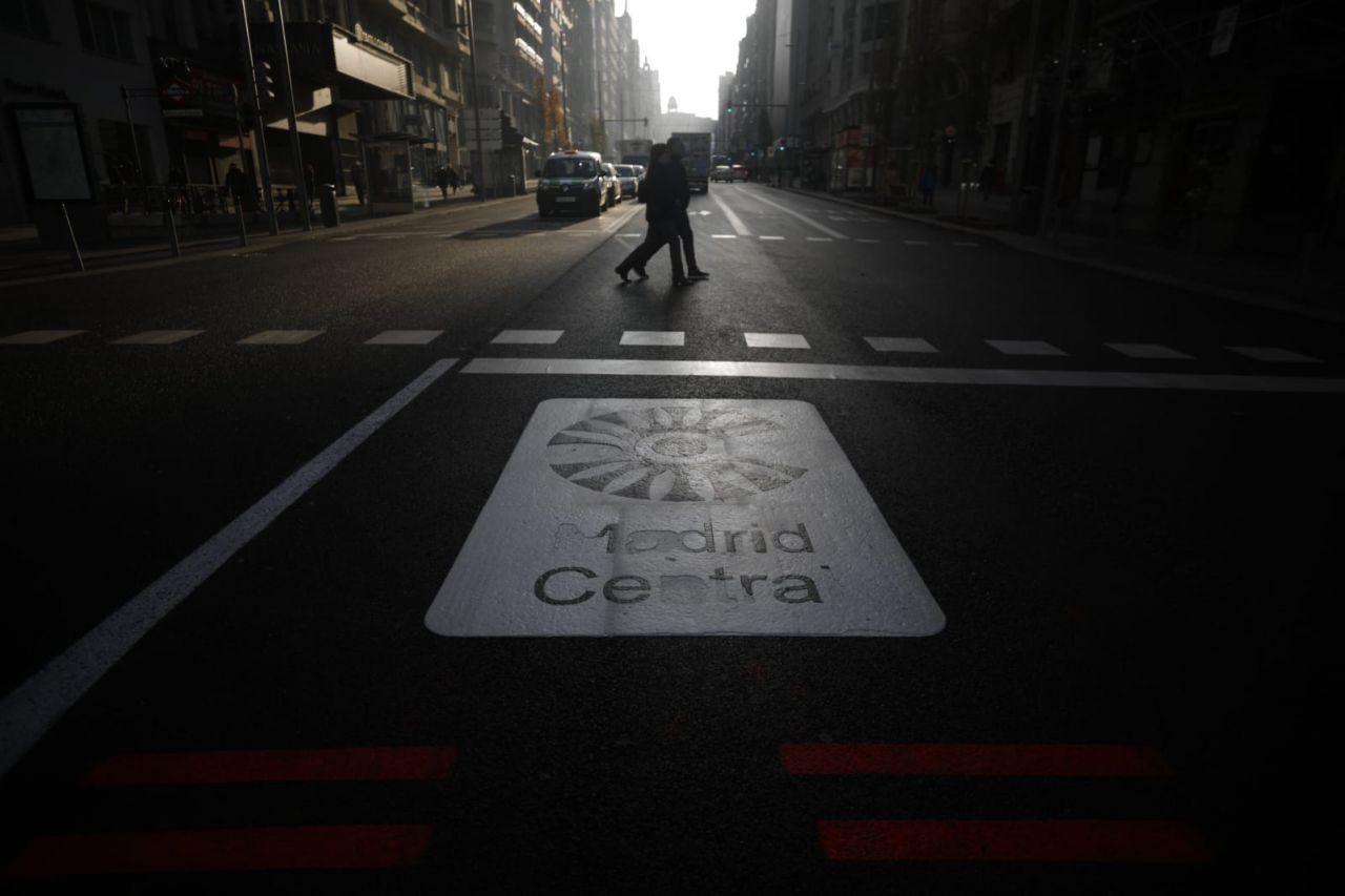 Si Ahora Madrid se propuso poner la movilidad en el corazón de la legislatura, 2018 ha sido el año en el que más pasos ha dado la capital en aras de una nueva configuración al respecto. Madrid Central ha copado el debate; los patinetes, las calles. Pero ha habido (y habrá) más... SEGUIR LEYENDO