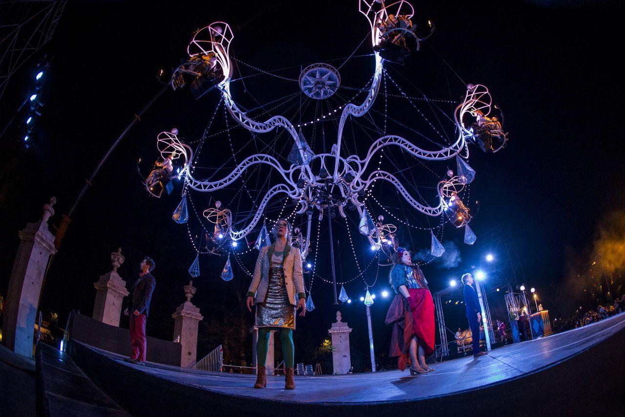 El espectáculo 'Cristal Palace' en los jardines del Puente del Rey en Madrid Río.