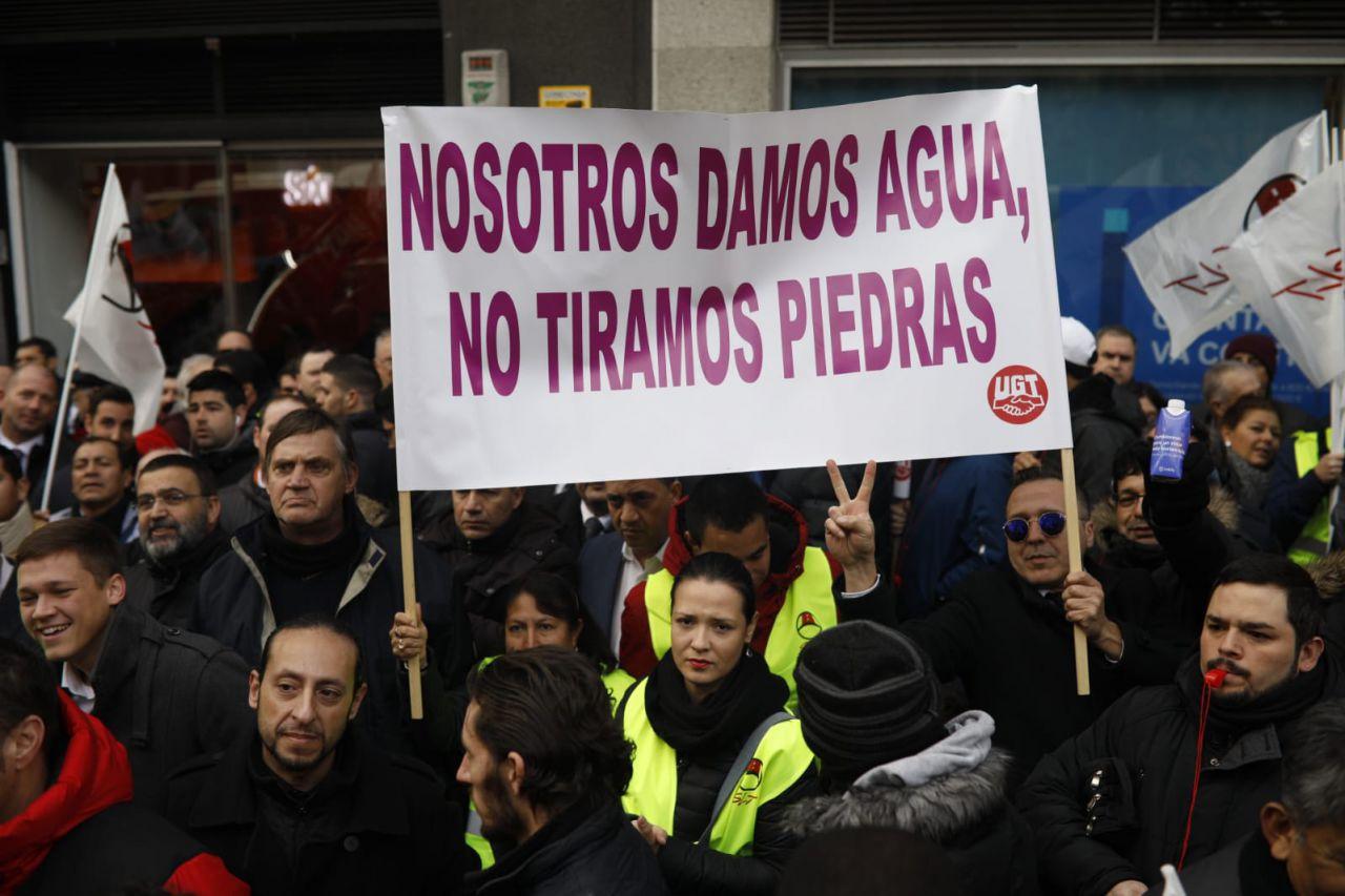 La sede de Podemos, en la calle Princesa, ha sido la primera parada de la protesta de los conductores de VTC