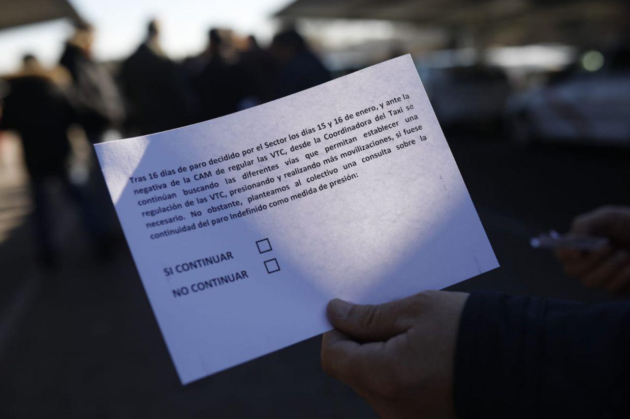 En la papeleta, los taxistas votan si quieren continuar con la huelga indefinida o no