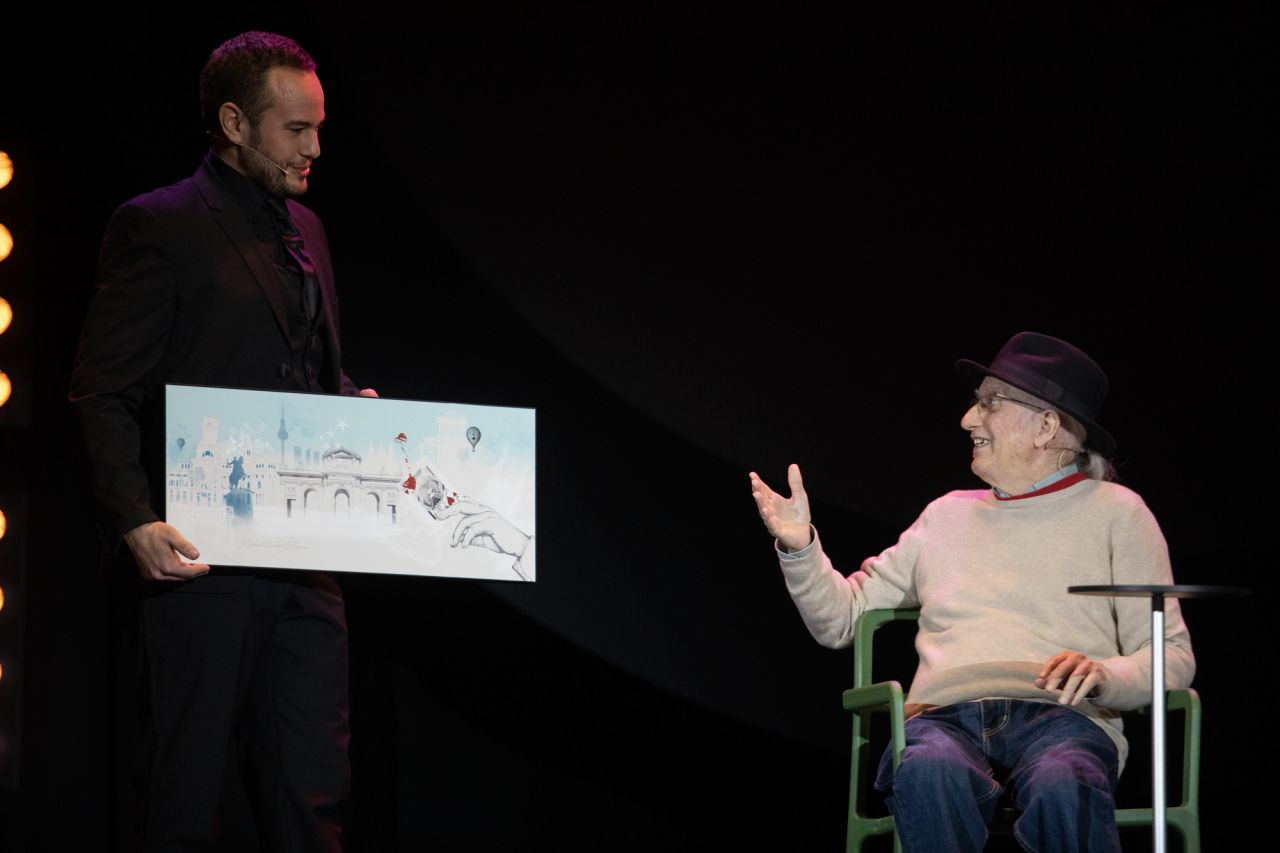 El mago Juan Tamariz ha recibido un premio por toda su carrera de manos de la alcaldesa de Madrid, Manuela Carmena.