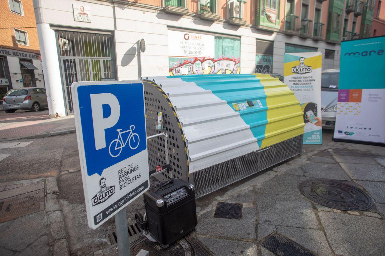 La iniciativa empresarial Madame Cicleta, incubada en el MAR de Movilidad del Ayuntamiento de Madrid, ha desarrollado el primer 'bicihangar' de la capital.