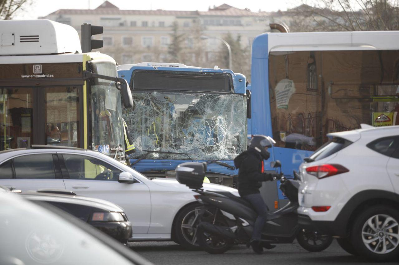 Un autobús de la EMT choca contra un muro y se lleva por delante a un motorista y un taxi en un aparatoso accidente en O'Donnell.