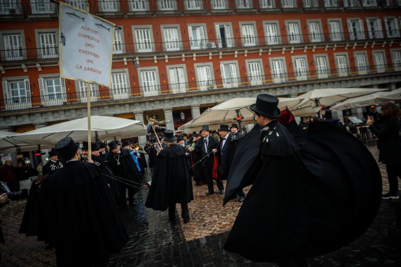 Como cada Miércoles de Ceniza la Alegre Cofradía del Entierro de la Sardina inicia su particular sepelio por las calles del Madrid de los Austrias y renueva los votos con la ciudad de Madrid reuniéndose con la alcaldesa.