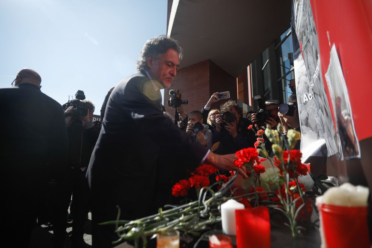 Pepu Hernández, ccandidato del PSOE a la alcaldía de Madrid, ha asistido a la ofrenda floral en la estación de Atocha por las víctimas de los atentados del 11M.