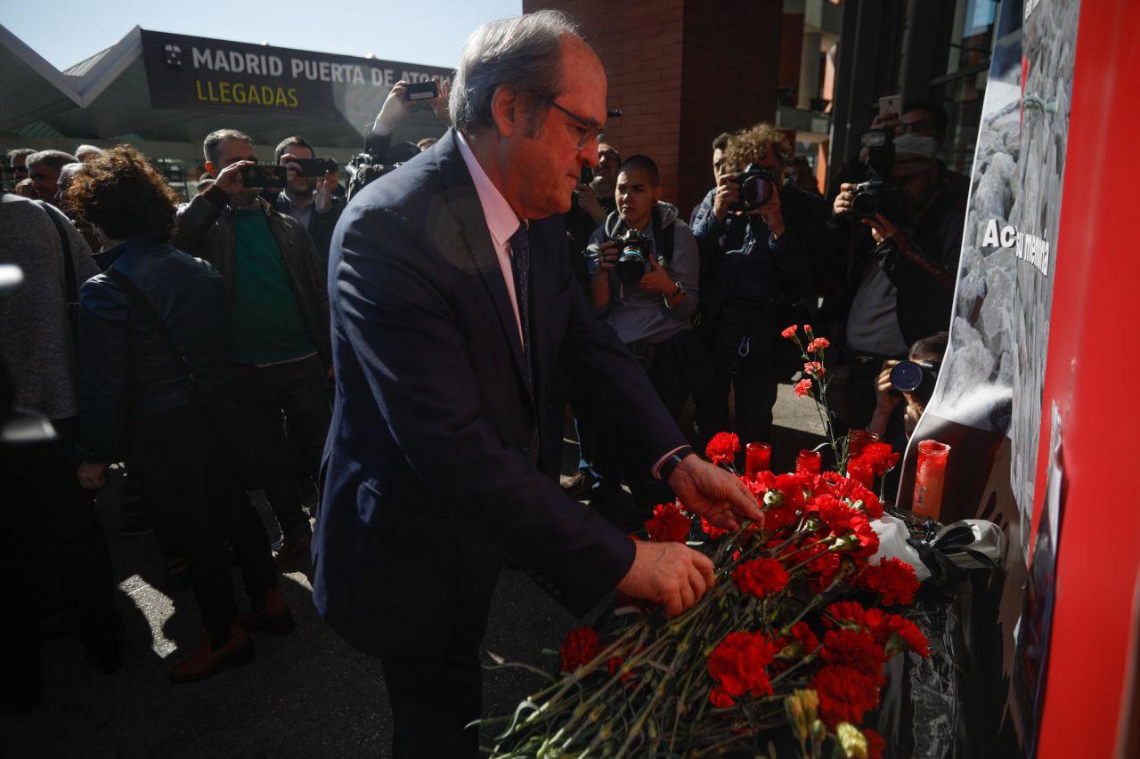 Angel Gabilondo, candidato a la presidencia de la Comunidad de Madrid por el PSOE, ha asistido a la ofrenda floral en la estación de Atocha por las víctimas de los atentados del 11M.