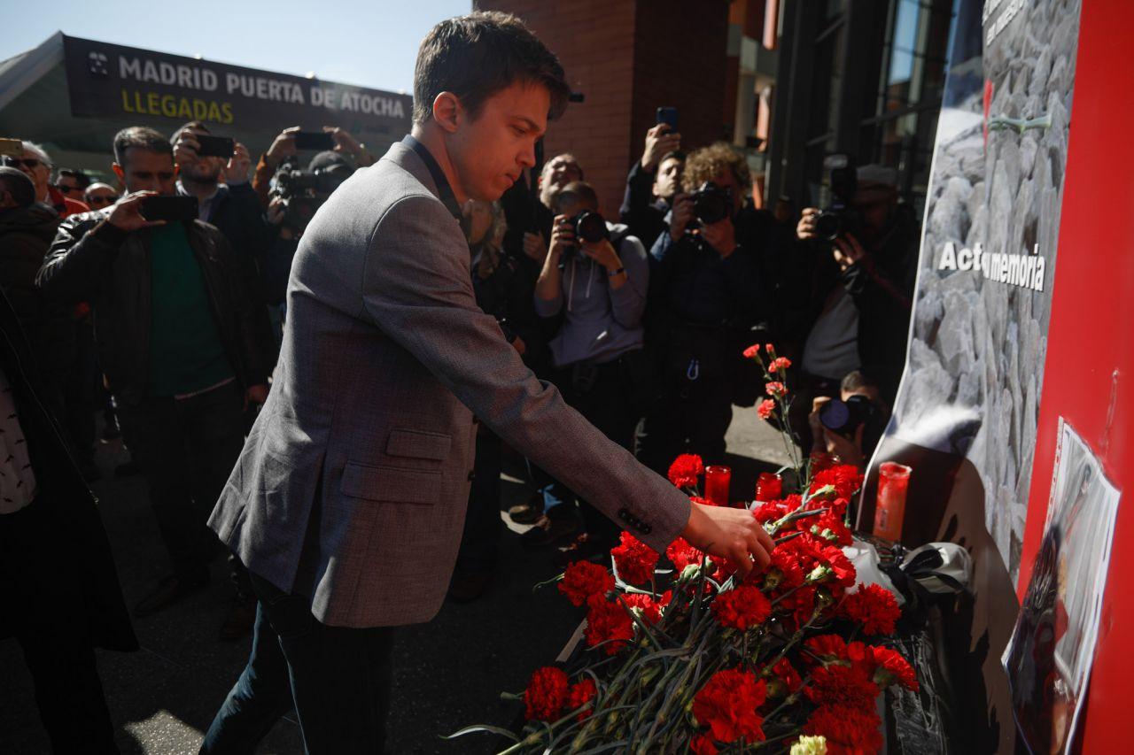 Íñigo Errejón, candidato por Más Madrid a la presidencia de la Comunidad de Madrid, ha asistido a la ofrenda floral en la estación de Atocha por las víctimas de los atentados del 11M.