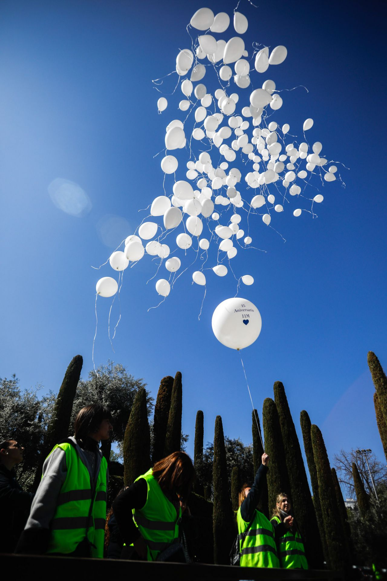 Lanzamiento de 192 globos como recuerdo de las víctimas del atentado en el acto, convocado por la Asociación de Víctimas del Terrorismo, en el Bosque del Recuerdo.