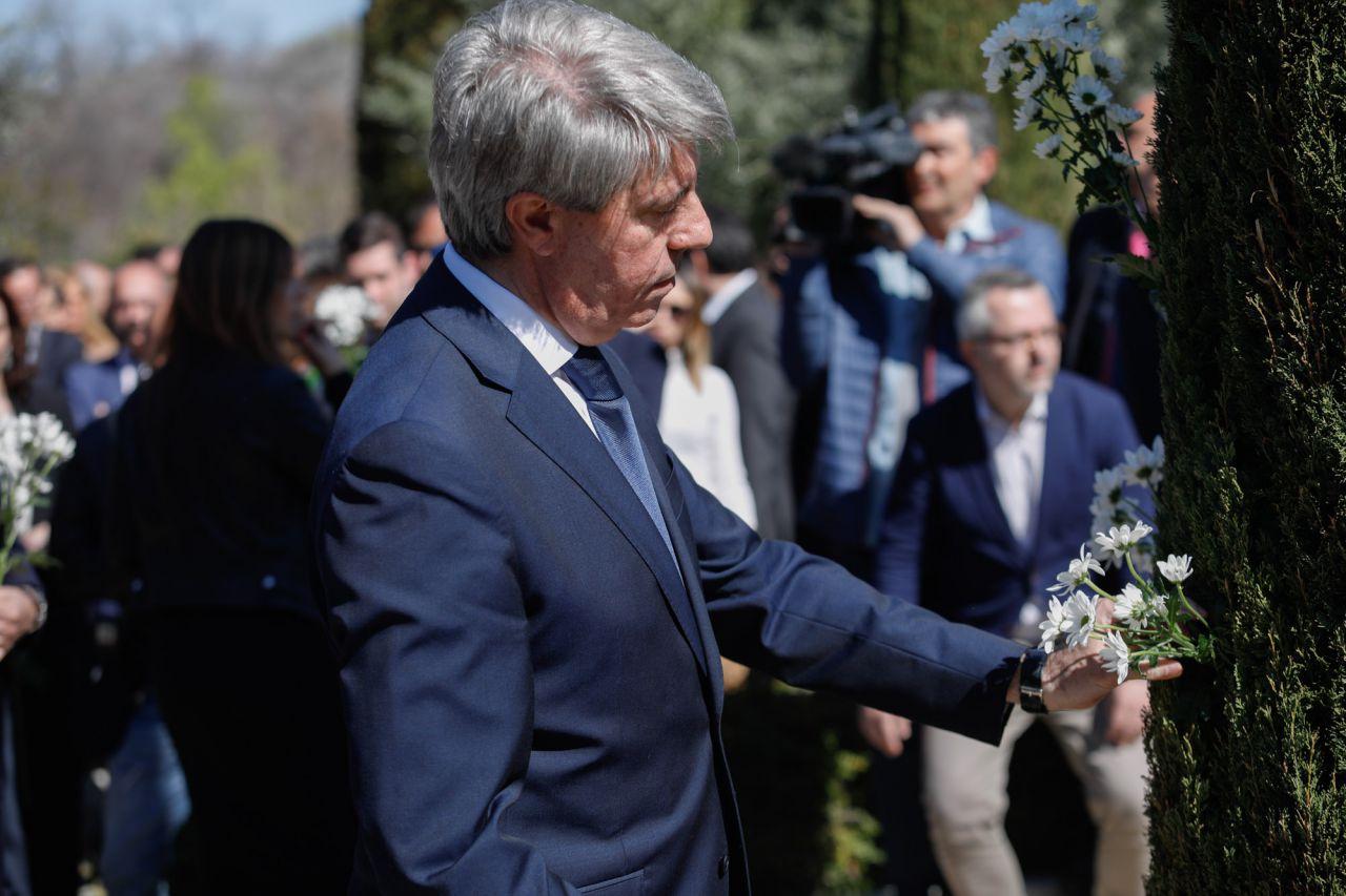 El presidente de la Comunidad de Madrid, Angel Garrido, en el acto, convocado por la Asociación de Víctimas del Terrorismo, en el Bosque del Recuerdo.