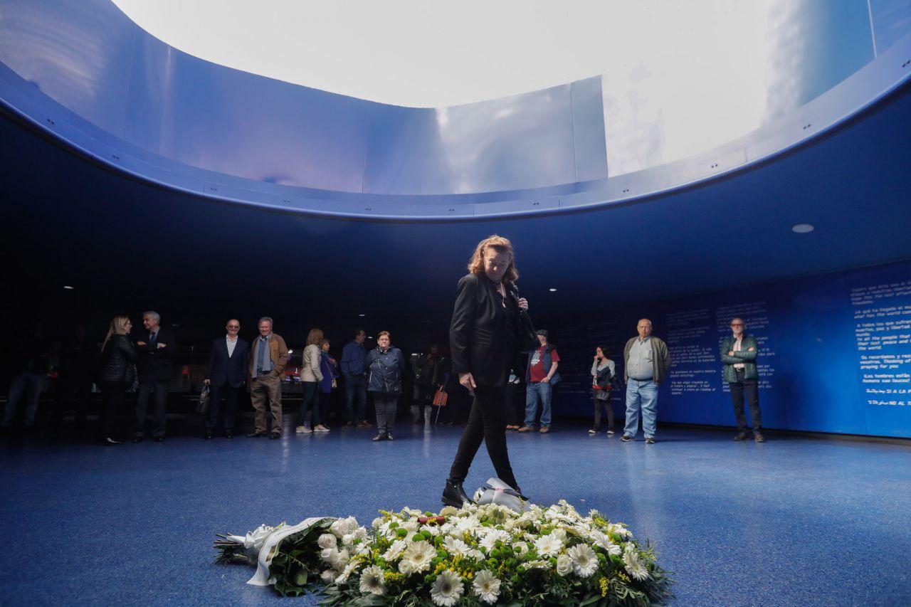 La expresidenta del asociación de Víctimas del 11M, Pilar Manjón, visita la ofrenda floral.