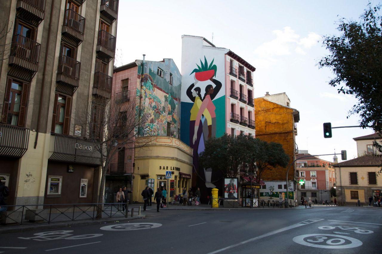 El trabajo de la mexicana Hilda Palafox, su verdadero nombre, se presentan como un juego de ecuanimidad entre las figuras y el color. Suspendidas en el tiempo, en un vacío, un espacio otorgado por el universo para que sus musas floten y perduren. Es una artista que crece dentro de sus propios conceptos, explorando los límites de sus personajes y su composición en un estado perpetuo de romanticismo. Poni ha tenido el privilegio de plasmar su trabajo en ilustraciones, canvas, murales y cerámica. Esta vez, su obra está inspirada en la sororidad, un tema muy importante en la actualidad. No solo entre mujeres de un mismo país, sino de cualquier parte del mundo como símbolo de la hermandad y unión entre culturas.