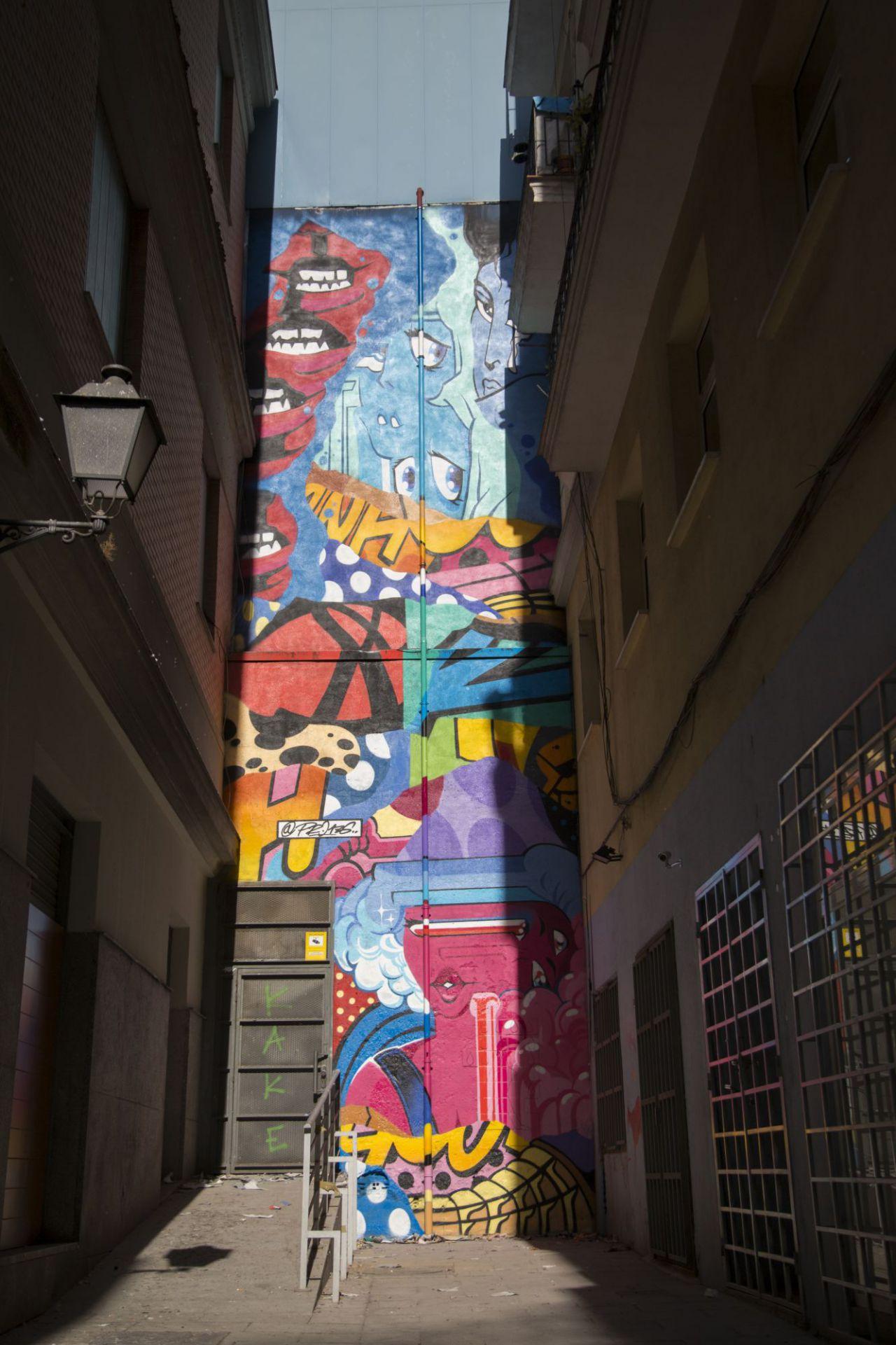 PRO176 –o lo que es lo mismo, Rudy Dougbe– comenzó a pintar las calles de su natal París en los años 90. Inspirado en los cómics gráficos de Jack Kirby, su trabajo se ha caracterizado por ser un estallido de color e imaginación. Fue uno de los primeros de los 'Ultra Boys International': un grupo de artistas que inventó una nueva forma de graffiti, derivando su estética de los cómics, el constructivismo alfabético e incluso el cubismo. Como parte de la programación de los Tuenti Walls, PRO176 deja su impronta en el barrio de Lavapiés en un alegre y colorista mural que representa la figura de una mujer fragmentada.