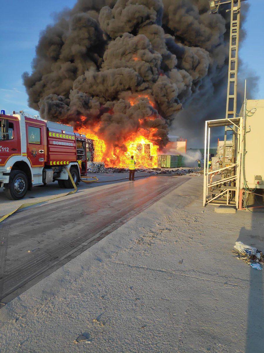 Incendio en una fábrica de reciclaje en Alcorcón.