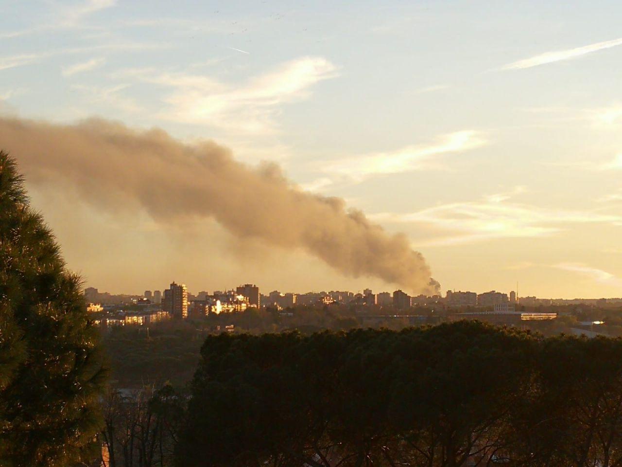 El humo puede verse desde el Templo de Debod.