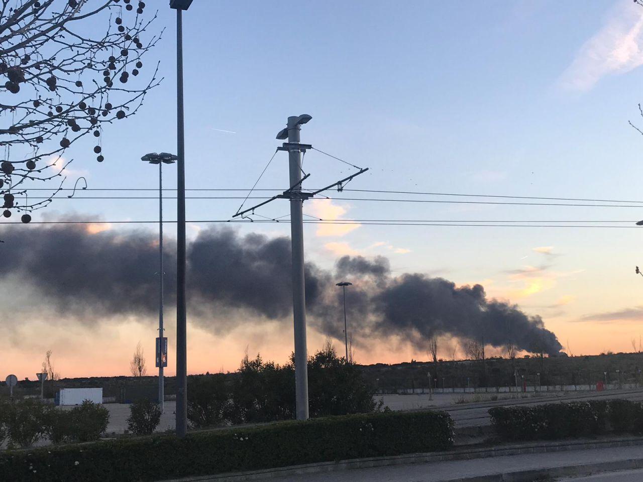 La columna de humo, visible en Ciudad de la Imagen.