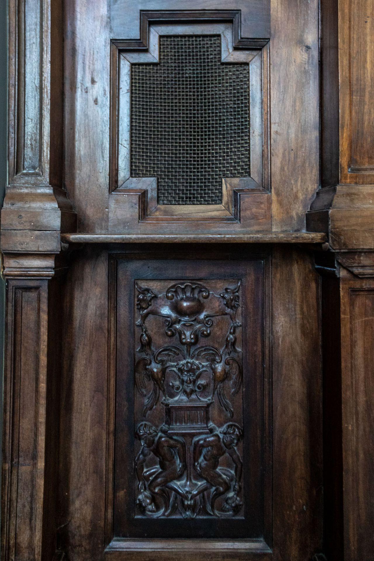 El confesionario de la antigua capilla.