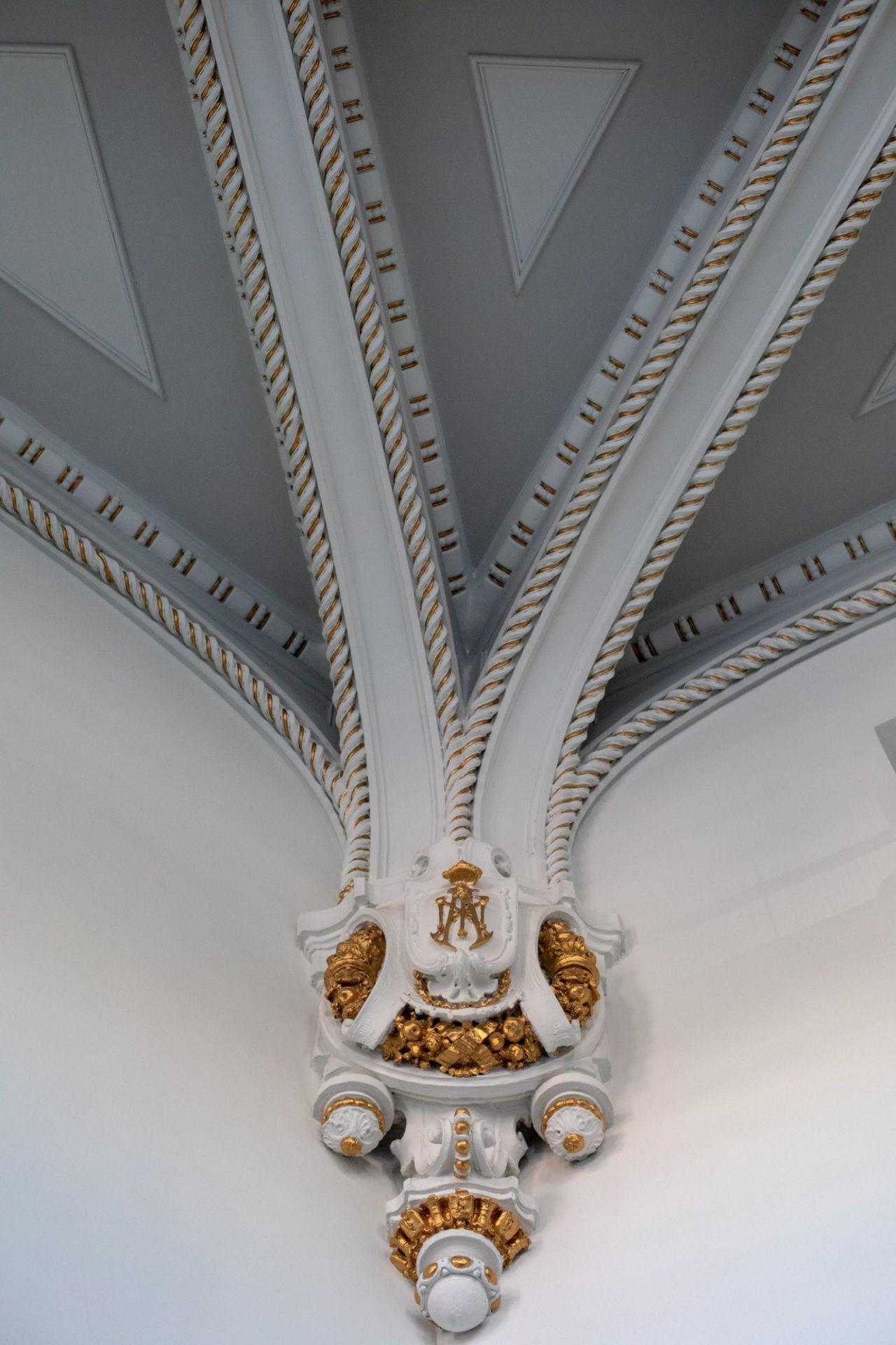 Detalle de la ornamentación del techo de una de las salas.