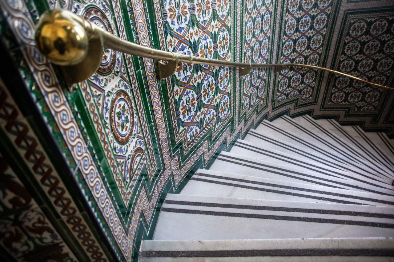 Escalera de caracol de una de las torres pentagonales con decoración de la cerámica encargada a una empresa de Sevilla por los arquitectos Antonio Palacios y Joaquín Otamendi.