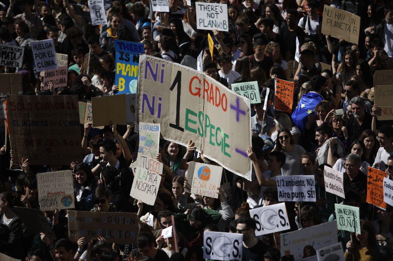Cientos de jóvenes se han concentrado en la madrileña Puerta del Sol en la protesta convocada en la capital para sumarse la huelga mundial estudiantil por el cambio climático.