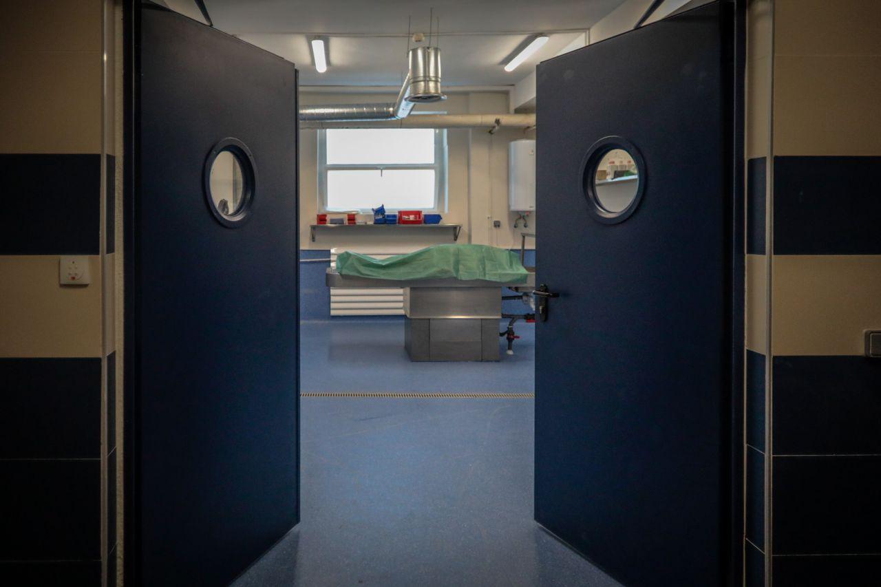 Sala de preparación, donde se higienizan los cuerpos y se eliminan los rasgos de identidad, como el pelo.