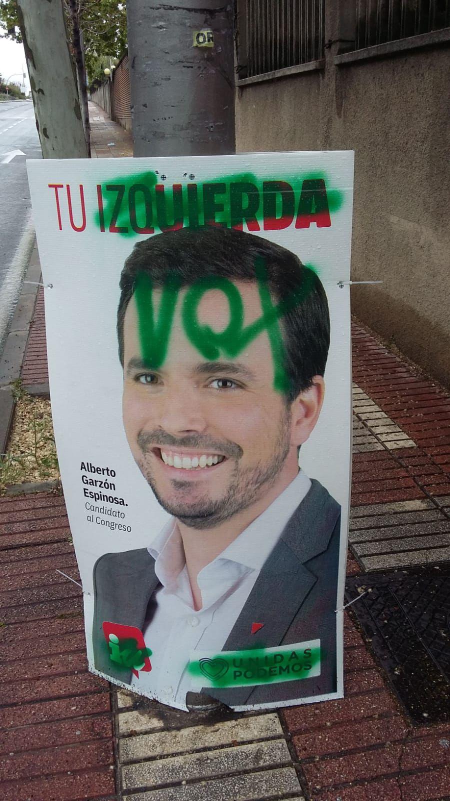 Carteles de IU en San Blas pintados con las letras de Vox