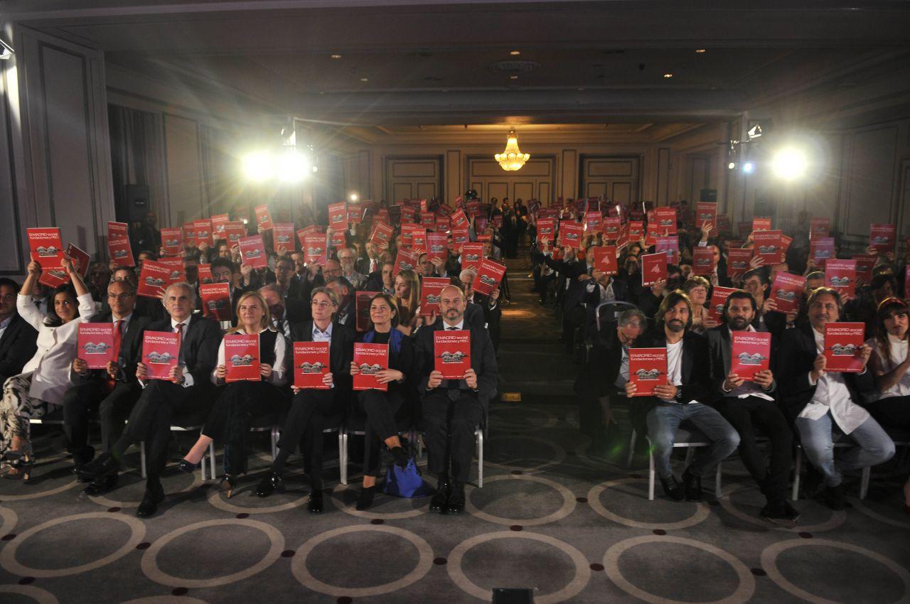 Todos los invitados se llevaron a casa un ejemplar del libro, 'El MADRID social: fundaciones y RSC