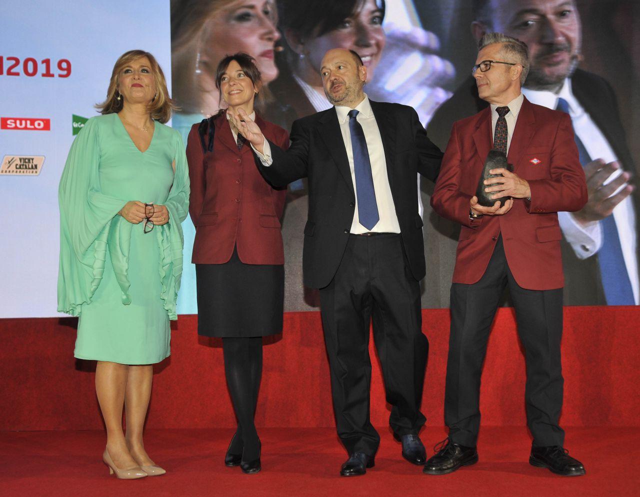 La mejor Iniciativa a la Movilidad recayó en Metro. Beatriz Cid, jefa de Servicio, y Emilio Felipo, supervisor comercial de la división de operación, recogieron el premio.