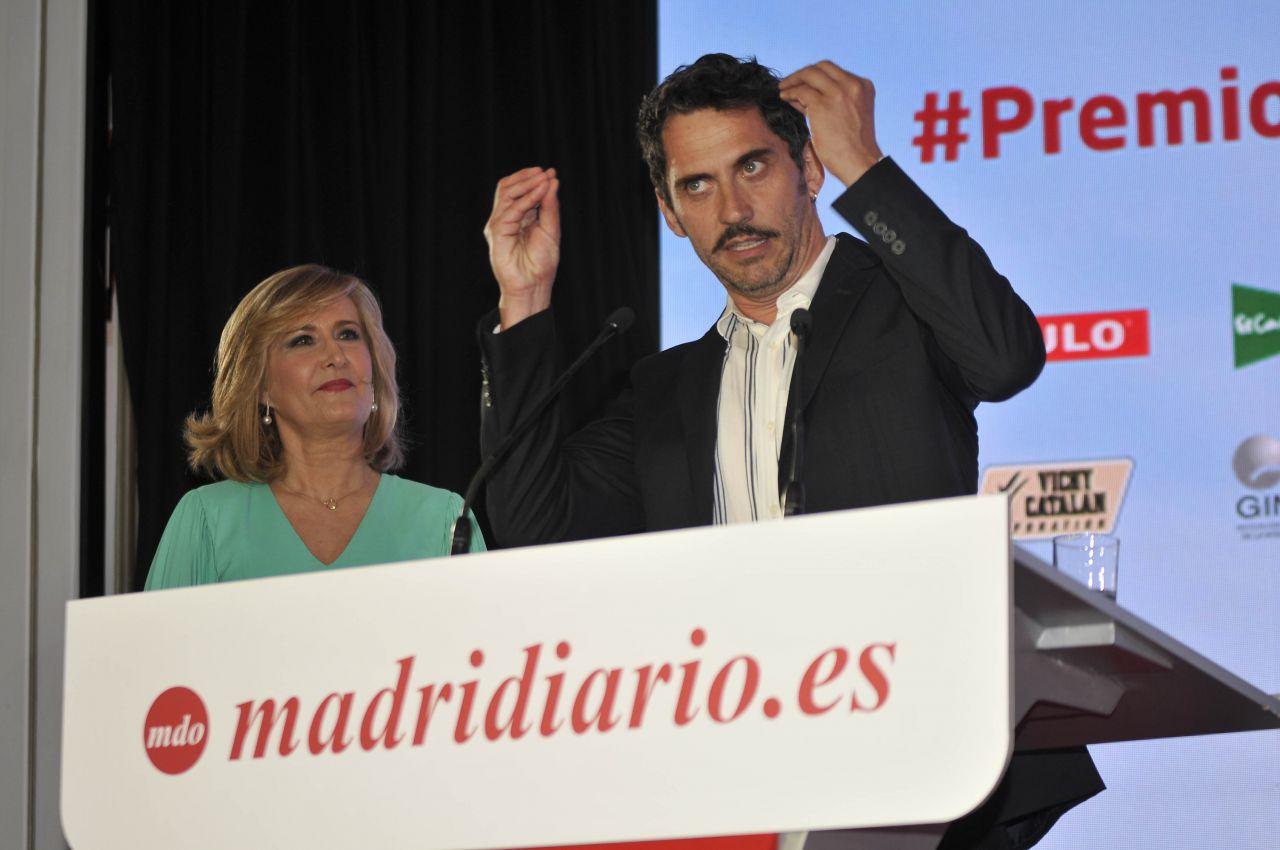 """""""El Hombre del año es una mujer, la mía; este premio va por todas las mujeres que apoyan las carreras de sus maridos y no se las ve"""", aseguró Paco León en su intervención sobre el escenario."""